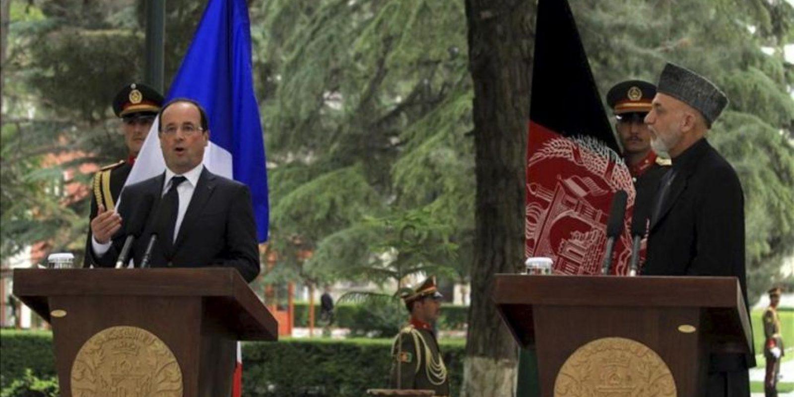 El presidente francés, François Hollande (i), ofrece una rueda de prensa con su homólogo afgano, Hamid Karzai (d), hoy viernes 25 de mayo en Kabul. EFE