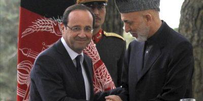 El presidente francés, François Hollande (i), saluda a su homólogo afgano, Hamid Karzai (d), tras la rueda de prensa conjunta que ofrecieron hoy viernes 25 de mayo en Kabul. EFE