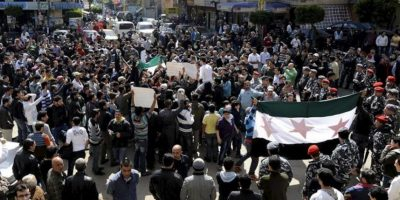 Sirios y libaneses gritan consignas durante una manifestación de protesta en contra del régimen sirio en Beirut (Líbano) el pasado mes de marzo. EFE