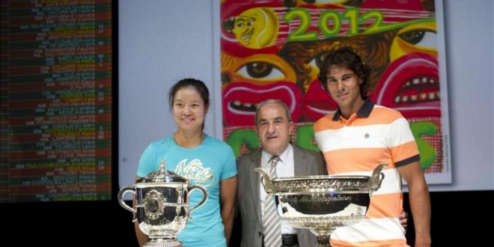 El presidente de la Federación Francesa de Tenis, Jean Gachassin (centro), posa junto al tenista español Rafa Nadal (dcha) y la tenista china Na Li (izda) en el sorteo del torneo de Roland Garrós celebrado en París (Francia) hoy, viernes 25 de mayo de 2012. EFE