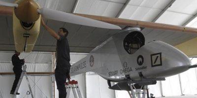 """Varios operarios supervisan el avión solar """"Solar Impulse"""" en una carpa del aeropuerto de Barajas. EFE"""