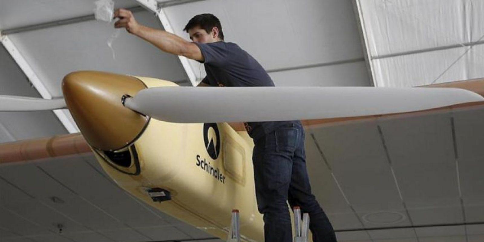"""Un operario junto al avión solar """"Solar Impulse"""" que hoy ha llegado al aeropuerto de Barajas. EFE"""
