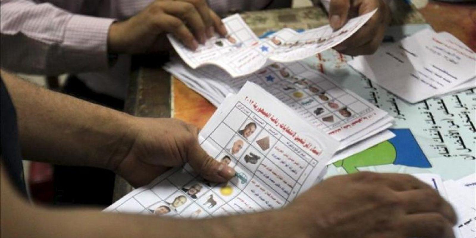 Miembros del staff electoral permanecen en un puesto de votación mientras se realiza el conteo de sufragios, este jueves 24 de mayo. EFE