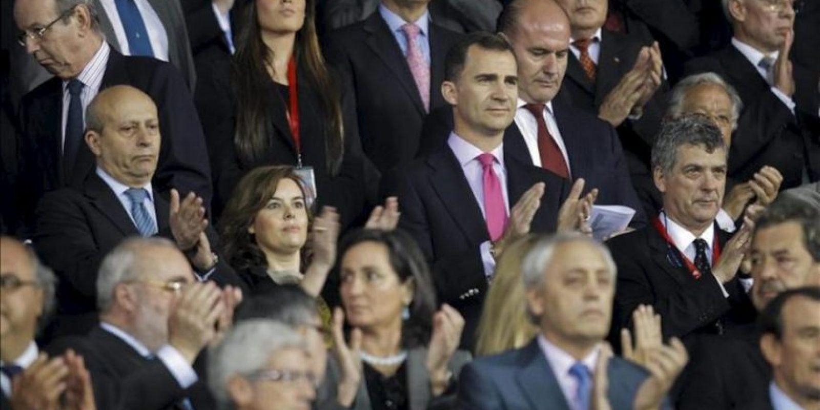 El príncipe Felipe, el ministro de Educación, José Ignacio Wert (i), la vicepresidenta del Gobierno, Soraya Sáenz de Santamaría (2i) y el presidente de la Federación Española de Fútbol, Angel María Villar (d). EFE