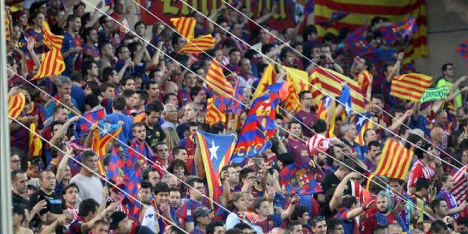Aficionados del FC Barcelona en el estadio Vicente Calderón de Madrid, antes del inicio de la final de la Copa del Rey de fútbol. EFE