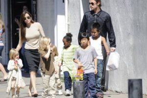 Con Angelina y los niños. Foto:acidcow.com