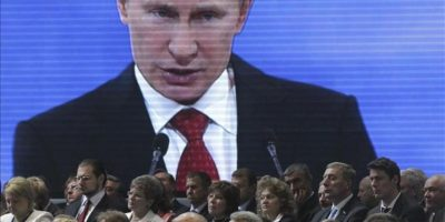 Una pantalla muestra al presidente ruso, Vladimir Putin, ofreciendo un discurso en el congreso federal del partido oficialista Rusia Unida (RU) en Moscú (Rusia) hoy, sábado 26 de mayo de 2012. EFE