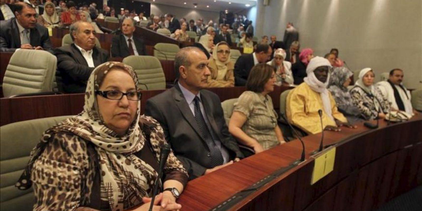 Diputados asisten a la ceremonia de constitución del nuevo Parlamento argelino surgido de las elecciones legislativas del pasado 10 de mayo, en Argel, Argelia. EFE
