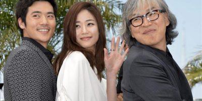 Los actores surcoreanos Kim Hyo-jin (c) y Kim Kang-woo (i), y el realizador surcoreano Im Sang-soo, durante la presentación del filme 'Do-Nui Mat' (El sabor del dinero). EFE
