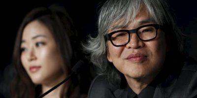 La actriz surcoreana Kim Hyo-jin ofrece una rueda de prensa junto al director de cine Im Sang-soo. EFE