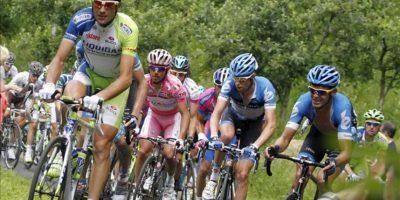 El ciclista italiano Iván Basso (i) del equipo Liquigas, lidera el pelotón de ascenso de Mortirolo seguido del español Joaquín Rodríguez, 'Purito', del equipo Katusha (2i) y el canadiense Ryder Hesjedal (2d). EFE