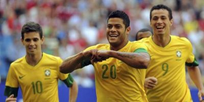 El jugador de la selección brasileña, Hulk (c), celebra con sus compañeros Oscar (i) y Leandro Damiao (d) su gol durante el partido amistoso de fútbol. EFE