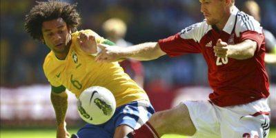 El jugador de la selección brasileña, Marcelo (i), intenta arrebatar el balón al jugador de Dinamarca, Thomas Kahlenberg (d). EFE