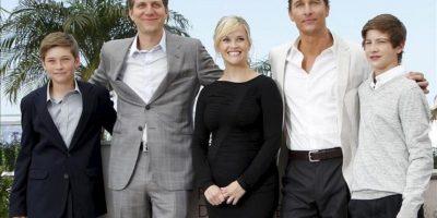 El realizador estadounidense Jeff Nichols (2i), posa junto a los actores estadounidenses (i-d) Jacob Lofland, Reese Witherspoon, Matthew McConaughey y Tye Sheridan, durante la presentación de 'Mud'. EFE