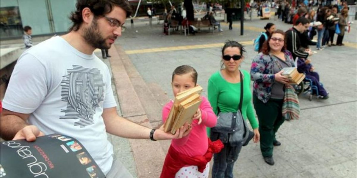 Una cadena humana celebró el Día del Libro en Uruguay con cientos de donaciones
