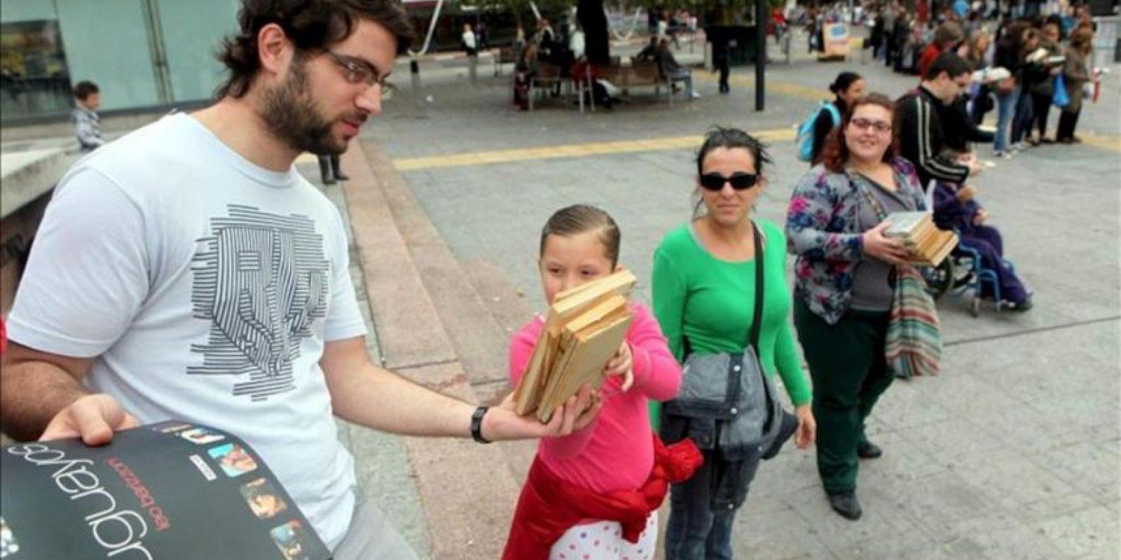 Decenas de personas participan de una cadena humana solidaria con libros entre la Plaza Libertad y la Explanada de la Intendencia de Montevideo (Uruguay), con motivo del Día Internacional del Libro y de la décimo segunda Feria del Libro Infantil y Juvenil del Uruguay. EFE
