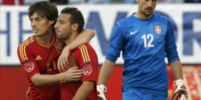 El centrocampista de España Santi Cazorla (c) celebra su gol anotado de penalti, segundo de su equipo, junto a su compañero David Silva (i) durante el partido amistoso que ha disputado la selección española con Serbia hoy, 26 de mayo de 2012, en el estadio AFG Arena de Saint Gallen (Suiza). EFE