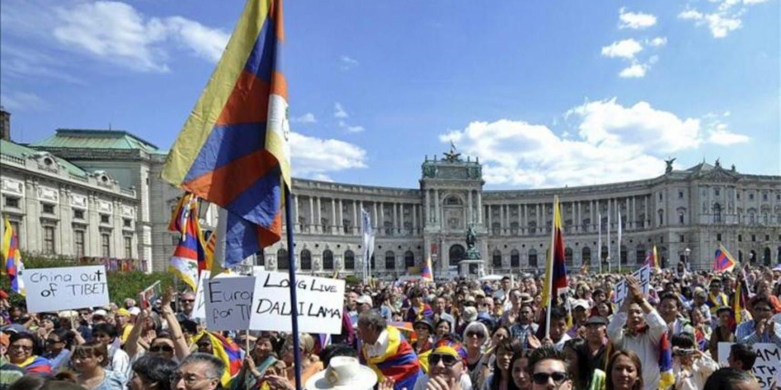 """Ciudadanos pro-Tibet participan en el acto """"Solidaridad europea con el Tíbet"""", en el que ha participado el dalai lama, líder espiritual budista y del pueblo tibetano, en la plaza de los Éroes de Viena, Austria, hoy, sábado, 26 de mayo de 2012. EFE"""