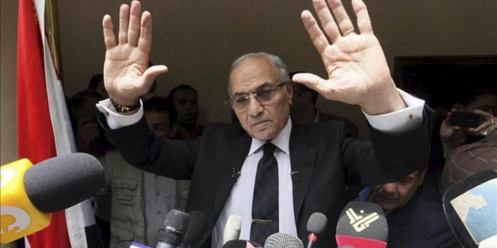 El candidato presidencial egipcio, Ahmed Shafik (c) saluda a sus simptizantes antes de dar una rueda de prensa en El Cairo (Egipto), hoy, sábado, 26 de mayo de 2012. EFE