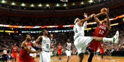 El jugador de los Sixers de Filadelfia Evan Turner (d) lanza ante la defensa de Paul Pierce (2 d) de los Celtics de Boston durante el juego de la eliminatoria de semifinales de la Conferencia Este de la NBA que se disputa en el TD Garden de Boston, Massachusetts (EEUU). EFE