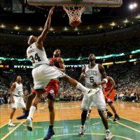 El jugador de los Celtics de Boston Paul Pierce (i) lanza la bola ante Thaddeus Young (c) de los Sixers de Filadelfia durante el juego de la eliminatoria de semifinales de la Conferencia Este de la NBA que se disputa en el TD Garden de Boston, Massachusetts (EEUU). EFE