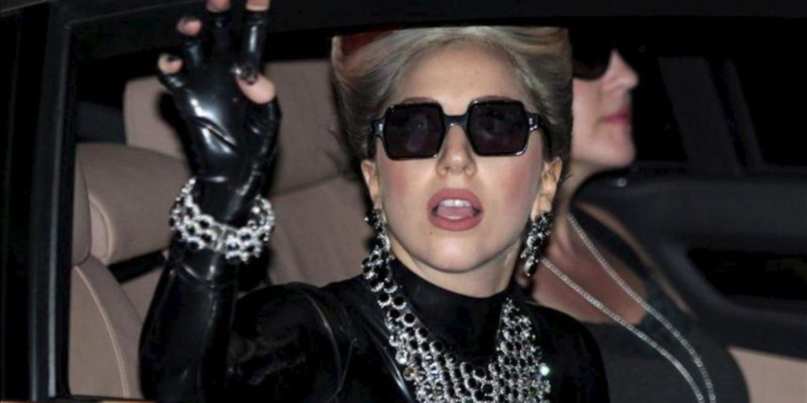 Fotografía tomada el 23 de mayo de 2012 que muestra a la cantante estadounidense Lady Gaga saludando a sus seguidores a su llegada a Bangkok, Tailandia. EFE