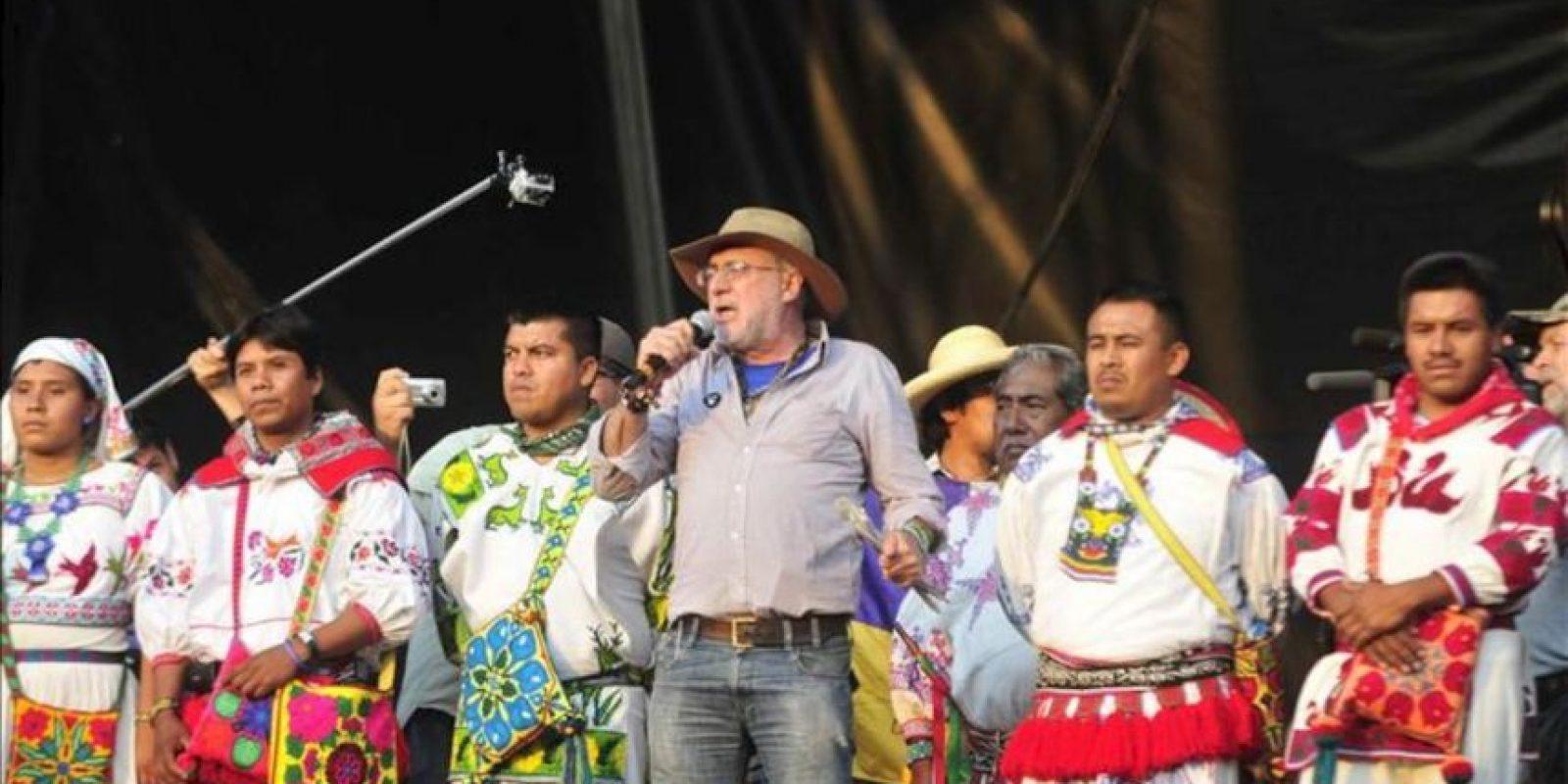El poeta Javier Sicilia (c) participa hoy en el Wirikuta Fest en Ciudad de México, un concierto benéfico en Defensa de la no explotación de minas en las zonas sagradas de Wirikuta en el estado mexicano de San Luis Potosí. EFE