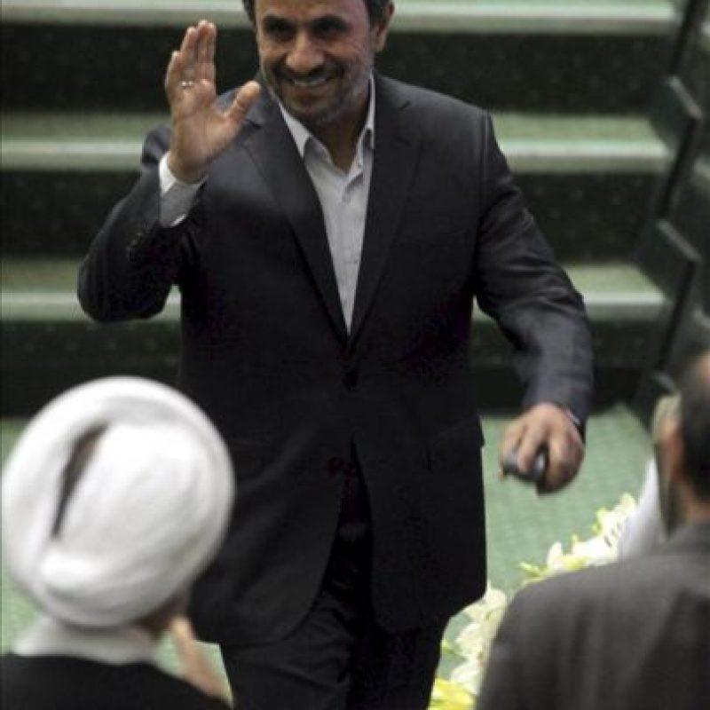 El presidente iraní, Mahmoud Ahmadinejad (izda), saluda a varios diputados en el parlamento en Teherán (Irán) hoy, domingo 27 de mayo de 2012, durante la inauguración del nuevo parlamento iraní. La novena legislatura del Parlamento consultivo de Irán se constituye hoy con una amplia mayoría afín al líder supremo del país, ayatolá Ali Jamenei, y como una sombra hostil al Gobierno del presidente Mahmud Ahmadineyad. EFE