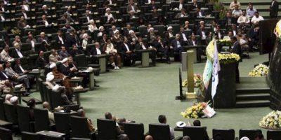 El presidente iraní, Mahmoud Ahmadinejad (dcha), ofrece un discruso en el parlamento en Teherán (Irán) hoy, domingo 27 de mayo de 2012, durante la inauguración del nuevo parlamento iraní. EFE