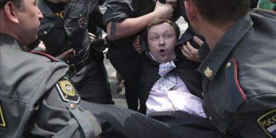 Policías rusos detienen al presidente de la Federación Rusa de Homosexuales, Nikolai Alexeyev, en una protesta gay no autorizada en Moscú (Rusia) hoy, domingo 27 de mayo de 2012. EFE