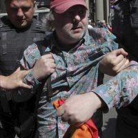 Policías rusos detienen a un participante en una protesta gay no autorizada en Moscú (Rusia) hoy, domingo 27 de mayo de 2012. EFE