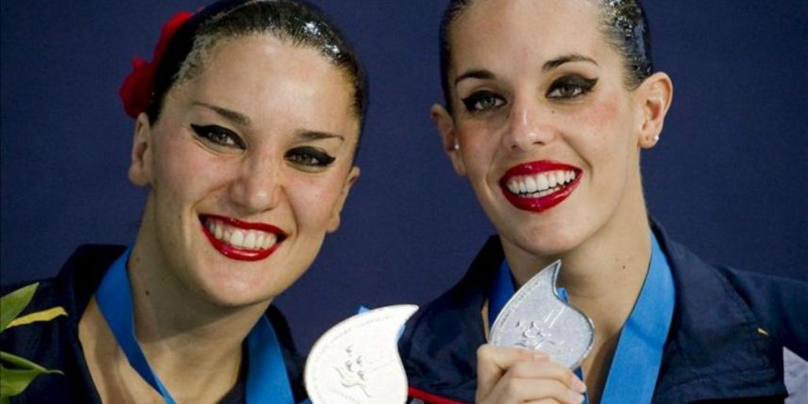 Las españolas Ona Carbonell (i) y Andrea Fuentes posan con su medalla de plata en el ejercico de rutina por parejas de la final del Europeo de natación sincronizada de Eindhoven, Holanda. EFE