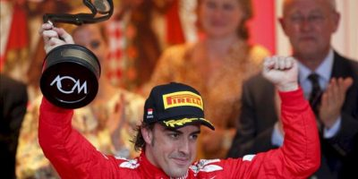 El piloto español Fernando Alonso, de la escudería Ferrari, celebra tras obtener la tercera posición en el Gran Premio de Mónaco. EFE