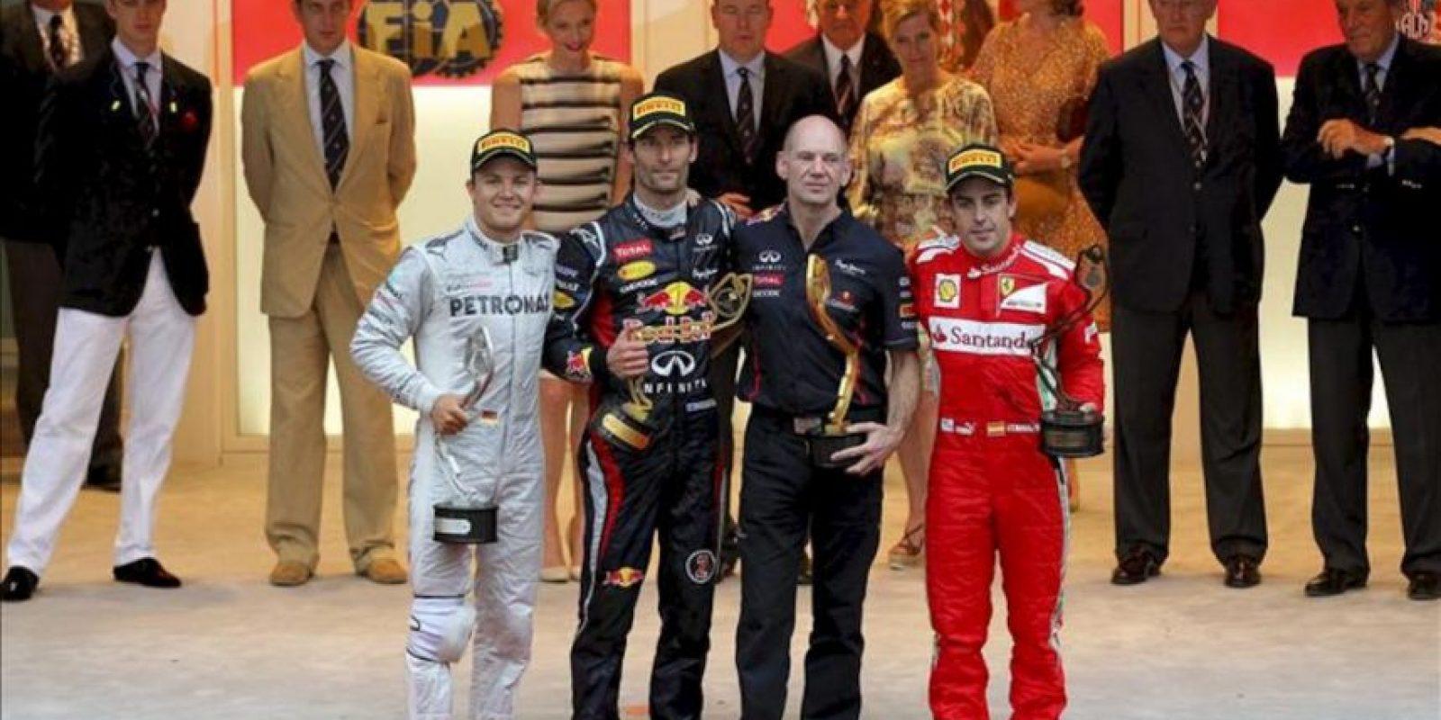 El piloto australiano de Fórmula Uno, Mark Webber (2i), de la escudería Red Bull, acompañado del jefe de diseño del equipo Red Bull, Adrian Newey (2d), el piloto alemán, Nico Rosberg (i) de Mercedes AMG, y el piloto español Fernando Alonso (d) de Ferrari. EFE