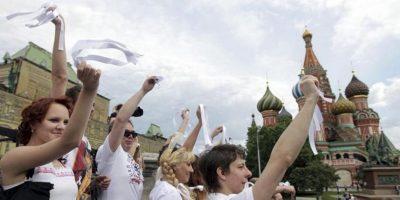 Manifestantes con cintas blancas, símbolo de las protestas de la oposición en Rusia, participan en una movilización contra el presidente ruso, Vladímir Putin, hoy, domingo, 27 de mayo de 2012, en la Plaza Roja de Moscú (Rusia). EFE