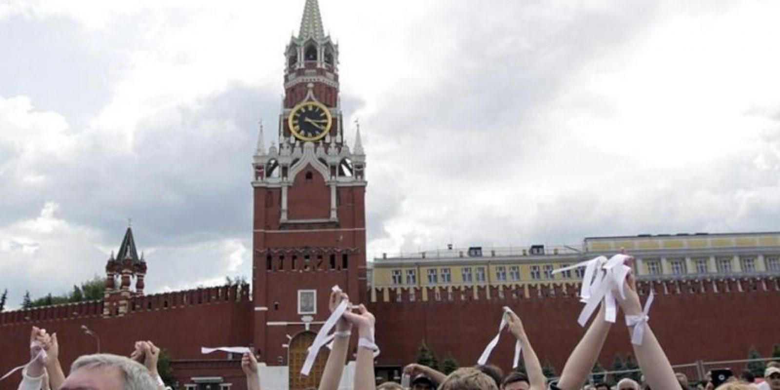 Manifestantes con cintas blancas, símbolo de las protestas de la oposición, durante una movilziación cotnra el presidente ruso Vladímir Putin, celebrada hoy, domingo, 27 de mayo de 2012, en la Plaza Roja de Moscú (Rusia). EFE