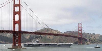 El portaaviones 'USS Nimitz' navega bajo el puente Golden Gate durante el aniversario 75 de la reconocida construcción, que se celebra en San Francisco, California (EE.UU.). EFE