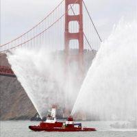 Un barco del departamento de bomberos de San Francisco esparce agua junto al puente Golden Gate durante el aniversario 75 de la reconocida construcción, que se celebra en San Francisco, California (EE.UU.). EFE