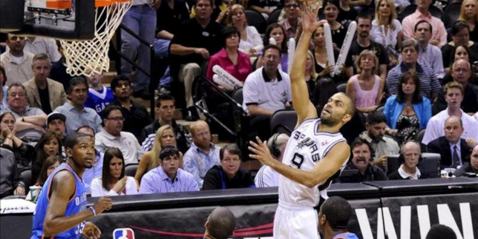 El jugador de los Spurs de San Antonio Tony Parker (c) se dirige a la cesta ante los Thunder de Oklahoma City durante la fase final dentro de la Conferencia Oeste de la NBA que se disputa en el AT&T Center de San Antonio, Texas (EEUU). EFE