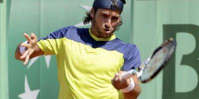 El tenista español Feliciano Lopez devuelve la bola al francés Florent Serra durante la primera ronda del torneo de Roland Garros, segundo Grand Slam de la temporada, que se disputa en París, Francia. EFE