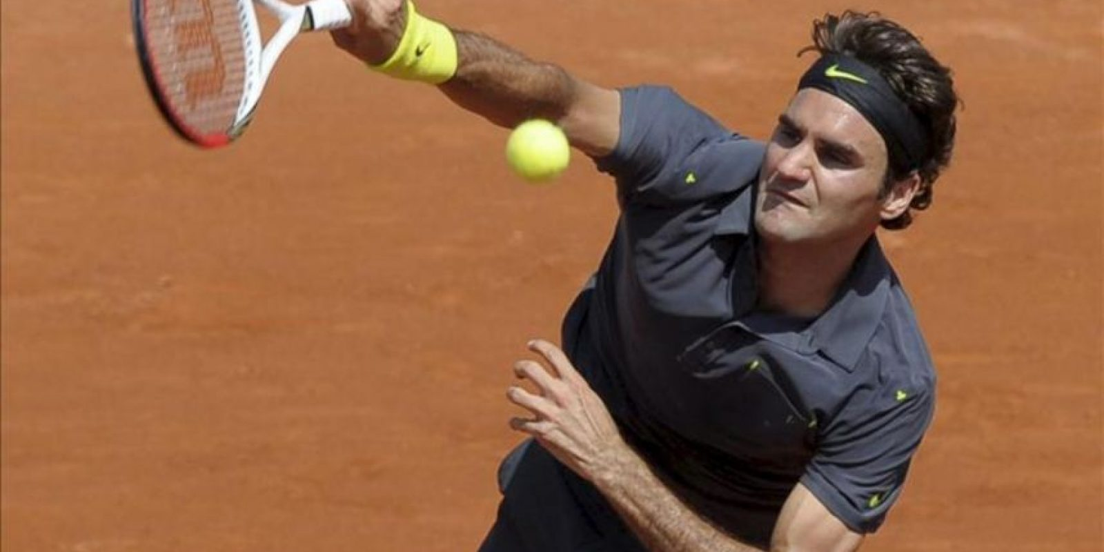 El tenista suizo Roger Federer sirve la bola durante su partido de primera ronda del Torneo Roland Garros ante el alemán Tobias Kamke of Germany disputado hoy en París, Francia. EFE