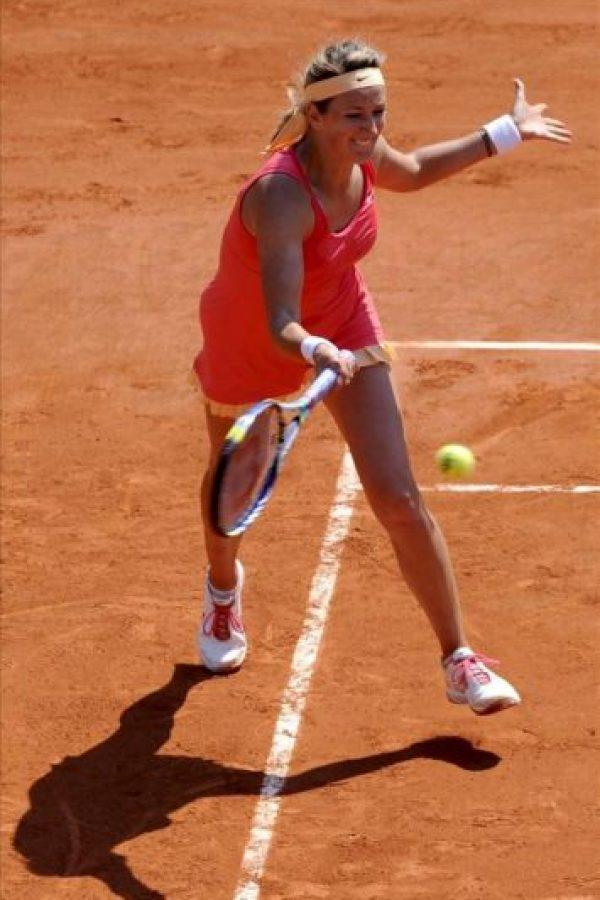 La tenista bielorrusa Victoria Azarenka devuelve una bola a la italiana Alberta Brianti, durante el partido de primera ronda del Torneo Roland Garros que ambas disputaron hoy en París, Francia. EFE