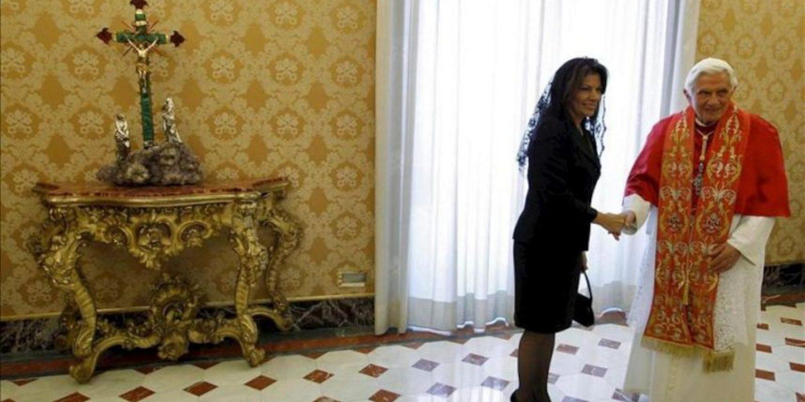 El papa Benedicto XVI (d) recibe a la presidenta de Costa Rica, Laura Chinchilla Miranda, durante la audiencia celebrada en el Vaticano, hoy, lunes 28 de mayo. EFE
