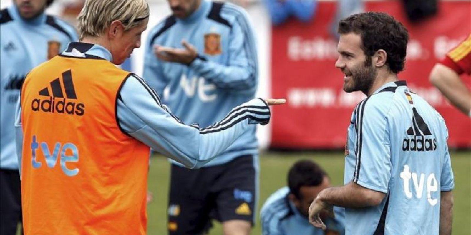 El delantero de la selección española Fernando Torres (i) conversa con su compañero en el Chelsea Juan Mata durante la sesión de entrenamiento matinal del equipo en la localidad austríaca de Schruns. EFE