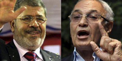 Fotografía con los candidatos a la presidencia de Egipto Mohammed Morsi (izq), saludando a sus seguidores durante una rueda de prensa en Banha, Egipto, el 17 de mayo y Ahmed Shafiq (dcha), durante un mitin en El Cairo, Egipto. EFE/Archivo
