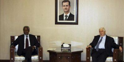 El enviado especial de la ONU y de la Liga Árabe para Siria, Kofi Annan, (i), durante el encuentro que ha mantenido con el ministro sirio de Exteriores, Walid al-Moallem, en Damasco, Siria. EFE