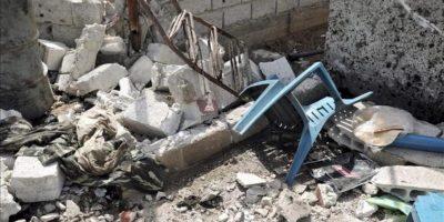 Imagen facilitada por la agencia siria de noticias SANA que muestra los daños provocados en una vivienda tras la explosción de una bomba en un punto de control de la Mlehida, suburbio de Damasco, Siria. EFE