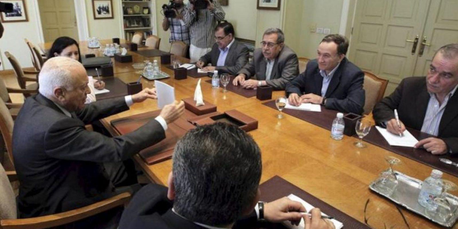 El secretario general de la Liga Árabe Nabil Alaraby (i) durante una reunión con líderes opositores sirios Abdul-Aziz al-Khair (d) y Haytham Manaa (2-d) en El Cairo, Egipto. EFE