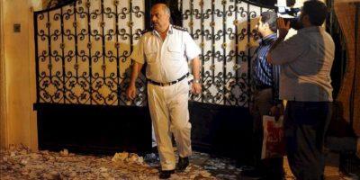 Un policía camina sobre cientos de papeletas que cubren el suelo a las afueras de la sede del candidato presidencial egipcio Ahmad Shafiq en El Cairo (Egipto). Un grupo de manifestantes ha asaltado y prendido fuego a las oficinas de Shafiq, último primer ministro de Hosni Mubarak. EFE
