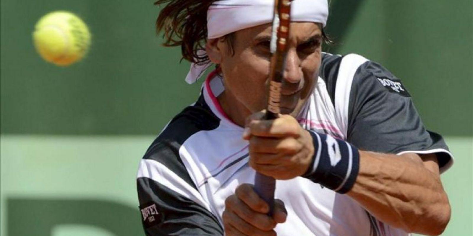El tenista español David Ferrer devuelve la bola al eslovaco Lukas Lacko durante el partido de primera ronda del torneo Roland Garros disputado hoy por ambos tenistas en París (Francia). EFE